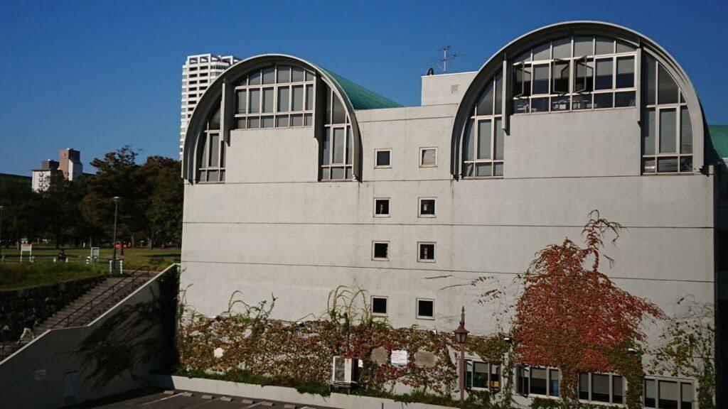 北九州市立中央図書館の外観と図書館戦争